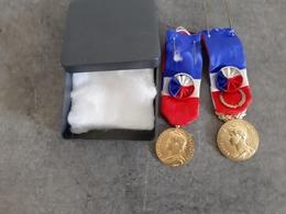 Lot De 2 Médailles Honneur Et Travail - 1 De 1975 Pour 40 Ans De Travail Et 1 De 1971 Pour 35 Ans De Travail - - Professionals / Firms