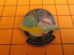 912d Pins Pin's / Rare & TB état / THEME ESPACE : MISSION NAVETTE SPATIALE McAULIFFE JARVIS Et Cie - Espace