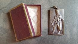 Medaille In Etui Gedenkteken Der Rijkswacht Monument De La Gendarmerie (ets Jules Fonson Bruxelles) E De Bremaecker 1947 - Other