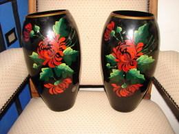 ED. 83. Deux Anciens Vases En Verre Noire. Décor De Fleurs Et Marque AD VER DEF - Glass & Crystal