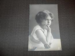 Fillette ( 262 )  Enfant  Kind  Meisje - Chiens