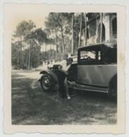Femme Ajustant Son Bas Devant Une Automobile De Luxe . - Automobiles