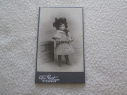 PHOTOGRAPHIE CDV - Petite Fille Devant Un Mur [cliché  PRERT SAINT NAZAIRE Circa 1890] - Photographs