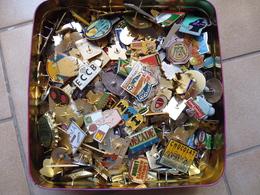 Lot De 500 Pin's Publicitaires Environ Avec Les Attaches - Badges