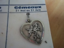Pendentif En Métal Argenté Zodiaque ' Signe Du Gemeaux ' Forme Cœur - Pendants