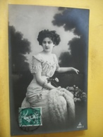 B20 2095 CPA FANTAISIE. 1911 - JEUNE FEMME EN ROBE LONGUE BRODEE ET FOURRURE AVEC GERBE DE ROSES - Mujeres