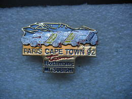 Pin's à 2 Attaches, Courses, Rallyes Automobiles: Paris Cape Town 92 Team Sponsorisé Par Rothmans Et Mitsubishi - Rallye