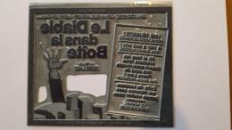 PLAQUE METAL PUBLICITAIRE FILM LE DIABLE DANS LA BOITE 1977 - Advertising (Porcelain) Signs