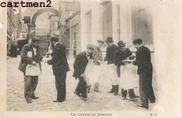 """PARIS LES CRIEURS DE JOURNAUX PETITS METIERS PARISIENS VENDEUR AMBULANT 1900 """" DÉFAUT """" - Petits Métiers à Paris"""