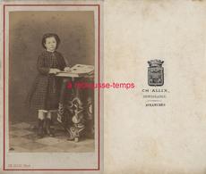 CDV Vers 1870-fillette à La Mode Du Temps Regardant Un Album Photos-photo Allix à Avranches (Manche) - Alte (vor 1900)