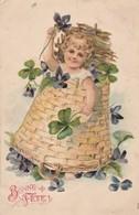Bonne Féte : Carte Gaufrée : Enfant Dans Un Panier Avec Des Fleurs - Trèfle - Fêtes - Voeux