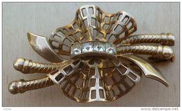 Bro-303 Broche Ancienne Sertie De 4 Brillants Carrés Incolore Sur Drapé En Métal Doré - Juwelen & Horloges