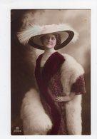 134 - MODE - Jolie Dame - Chapeau Extravagant - Fashion