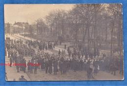 CPA Photo - à Situer - CAMBRAI ? LE HAVRE ? - Défilé De Poilu Devant Soldat Britannique - Demobilization Camp - WW1 - Guerra 1914-18
