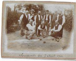 PHOTO PHOTOGRAPHIE PHOTO GROUPE HOMMES JOUANT AUX BOULES TENANT PANNEAU DE FANNY SOUVENIR 7 AOÛT 1902 - Personnes Anonymes