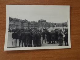 WW2 GUERRE 39 45 VERSAILLES CHATEAU SOLDATS ALLEMANDS DEVANT ENTREE MARCHAND DE CARTES POSTALES - Versailles