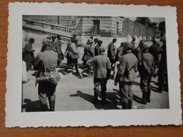 WW2 GUERRE 39 45 VERSAILLES CHATEAU SOLDATS ALLEMANDS ET PRISONNIERS FRANCAIS DONT COLONIAUX SOUS ESCORTE - Versailles