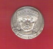 Médaille En Argent 136 Gr. Notariat Français 1974 Caisse Des Dépots Justinien Par André Livré Avec L'écrin - Francia