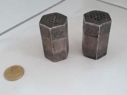 SET Sel/poivre Métal Argenté Signé VIGE - 4.5 Cm X 2.5 Cm - Zilverwerk