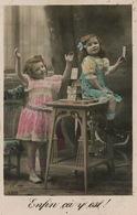 Enfants Jouant Aux Cartes . Chateau De Cartes . Playing Cards - Cartes à Jouer