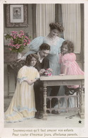Enfants Et Parents Jouant Aux Cartes . Chateau De Cartes . Playing Cards - Carte Da Gioco