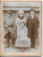 PHOTO PHOTOGRAPHIE  FAMILLE + 1 MILITAIRE EN CAPOTE PHOTOGRAPHE PIERRE AYNE COLLONGES-SUR-SAÔNE  69 RHONE - Anonymous Persons