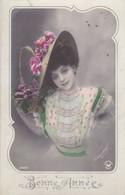 """CARTE FANTAISIE . CPA COLORISATION FINE . FEMME AU CHAPEAU RENVERSANT ."""" BONNE ANNEE """" 1908. PHOTO D'ART """" MANUEL """" - Femmes"""