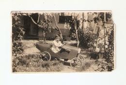 FO--00123-- FOTO ORIGINALE - BAMBINO SU MACCHININA (GIOCATTOLO ) ANNI 40/50 ( MANCANTE ANGOLO SUPERIORE DESTRO ) - Foto
