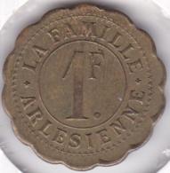 13. Bouches Du Rhône. Arles. La Famille Arlésienne  1 Franc En Laiton Rond Lobé - Monétaires / De Nécessité