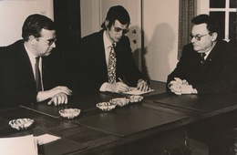 WAREGEM    = FOTO 1973  +- 13 X 8 CM  =    TRAINER HANS CROON TEKEND NIEUW KONTARKT BIJ DE GAVERBEEKPLOEG - Waregem