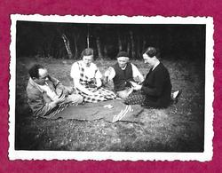 PHOTO 8,5 X 6 Cm ...HOMMES Et FEMMES Jouant Aux Cartes Sur Une Couverture - Persone Anonimi