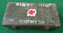 Boite Métallique Vide De Premiers Soins Avec Inscription Anglo-saxonne First Aid For Emergency Use Only - Equipement
