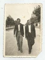 Men On A Walk In The City Ax811-199 - Persone Anonimi