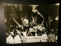 2.1) SAMPDORIA FESTA DEI TIFOSI IN VIA XX SETTEMBRE DATATA 4/7/1985 AL RETRO  FOTOGRAFIA 24 X 18 Cm NON COMUNE - Sport