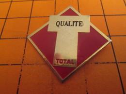 210a Pin's Pins / Beau Et Rare / THEME : CARBURANTS / PETROLIER TOTAL QUALITE Sauf Pour Les Marées Noires Hein ! - Carburants