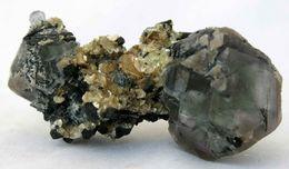 Fluorite, Tourmaline Et Muscovite, Monts Erongo, Namibie. 15 Grammes. 3,9 X 2 X 1,9 Cm - Mineralien