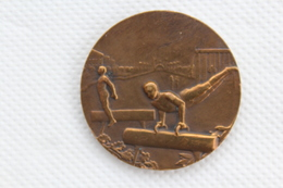 MEDAILLE DE TABLE .BRONZE THEME SPORT GYMNASTIQUE - Other Collections