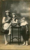 THREE GIRLS WITH COSTUMES, TRES NIÑAS CON DISFRACES, TROIS FILLES AVEC COSTUMES. POSTAL CIRCA 1900 NOT CIRCULATED -LILHU - Escenas & Paisajes