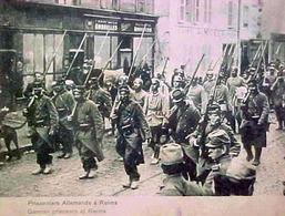 Cpa WW1 COLONNE DE PRISONNIERS ALLEMANDS à REIMS , Soldats Armes Casque Pointe ,1914 , WWI GERMAN PRISONNERS  OLD PC - Guerre 1914-18