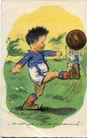 CHILD PLAYING FOOTBALL, NIÑO JUGANDO FUTBOL, ENFANT JOUANT. GERMAINE BOURET. POSTAL CPA CIRCA 1930's CIRCULATED -LILHU - Kindertekeningen