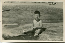 CHILD ON THE BEACH, NIÑO EN LA PLAYA, ENFANT SUR LA PLAGE. FOTO PHOTO YEAR 1954 SIZE: 9X14 CM -LILHU - Personas Anónimos