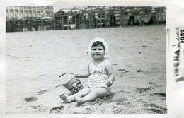 BABY ON THE BEACH, BEBA EN LA PLAYA, FILLE SUR LA PLAGE. FOTO PHOTO YEAR 1952 ARGENTINA SIZE: 9X14 CM -LILHU - Personas Anónimos