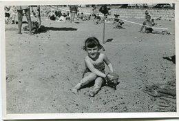 GIRL ON THE BEACH, NIÑA EN LA PLAYA, FILLE SUR LA PLAGE. FOTO PHOTO CIRCA 1950's ARGENTINA SIZE: 9X14 CM -LILHU - Personas Anónimos