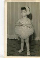 GIRL WITH BALLET SUIT, NIÑA VESTIDA DE BALLET, FILLE ROBE DE BALLET. FOTO PHOTO CIRCA 1940's SIZE: 9X14 CM -LILHU - Personas Anónimos