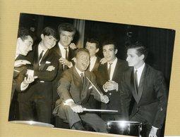 Photo Originale De Presse  CHARLES TRENET  Les CHAUSSETTES NOIRES  Et EDDIE MITCHELL  En 1963 - Identified Persons