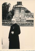 54) NANCY : Photo D'un Prêtre Médaillé Au Pied De La Statue Stanislas (Ca 1950) - Nancy