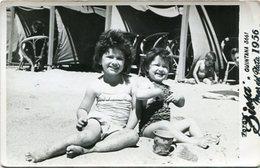 LITTLES GIRLS ON THE BEACH, NIÑAS EN LA PLAYA, FILLES À LA PLAGE. FOTO PHOTO YEAR 1956 ARGENTINA SIZE: 9X14 CM -LILHU - Personas Anónimos