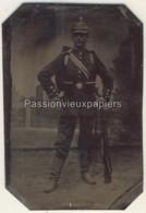 FERROTYPE  PHOTO MILITAIRE ALLEMAND UNIFORME FUSIL CASQUE - Guerre, Militaire