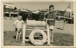 BOYS WITH A LIFEBUOY, NIÑO CON SALVAVIDAS, ENFANTS AVEC BOUSEE DE SAUVETAGE. FOTO PHOTO YEAR 1954 SIZE: 9X14 CM -LILHU - Personas Anónimos