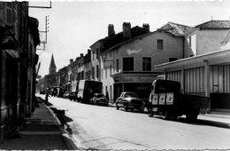 Brioux-sur-Boutonne La Grande Rue Voitures Des Années 50 Camions Commerces - Brioux Sur Boutonne